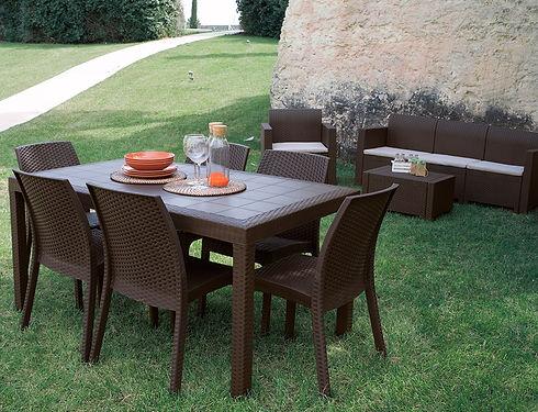 set tavolo e sedie marrone.jpg