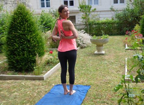 Faire du yoga au jardin