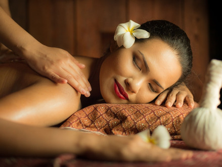 Abhyanga massage, a treatment to relax body and mind