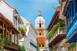 Balcones y casas coloniales cerca a la Iglesia en Cartagena