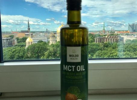 MCT oil กับน้ำมันมะพร้าวต่างกันยังไง