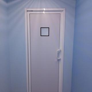 Puerta sanitaria de aluminio con mirilla