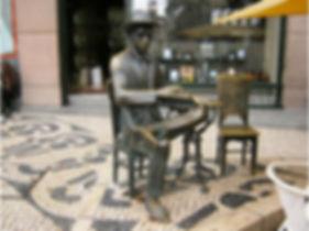Statue de Pessoa devant la Brasileira