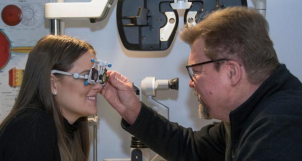 Optikko Jukka Hietanen suorittaa silmänpaineenmittausta Optikko Lintukorvella.
