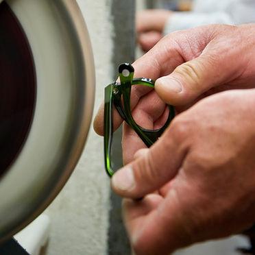 Polissage de lunettes chez MB Production Nantes, fabricant lunettes France