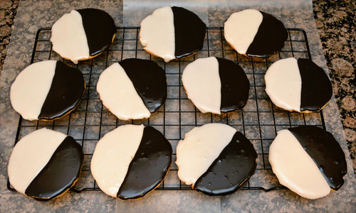 Half-vanilla Half-chocolate Black and White Cookies