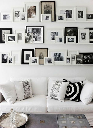 gallerivæg_sort_hvid_sofa_WEB.jpg