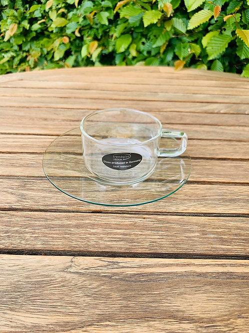 Theetas in glas met onderbord