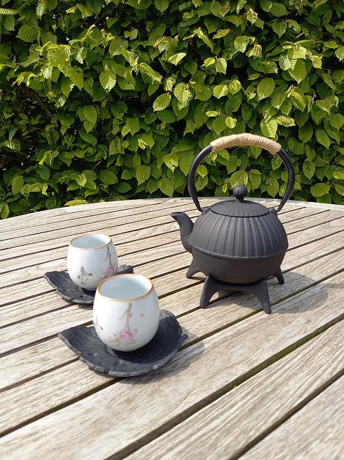 Uniek theeset in gietijzer en keramiek