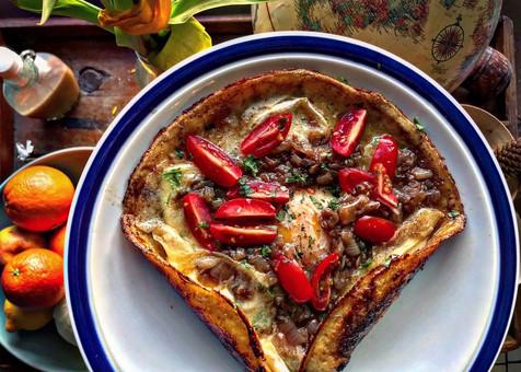 Crêpe oeuf brie, oignons et caramélisés