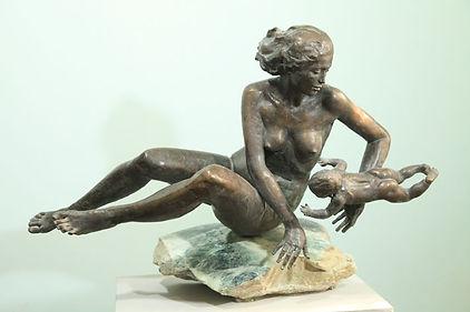 Мать и дитя.Скульптор Владимир Курочкин