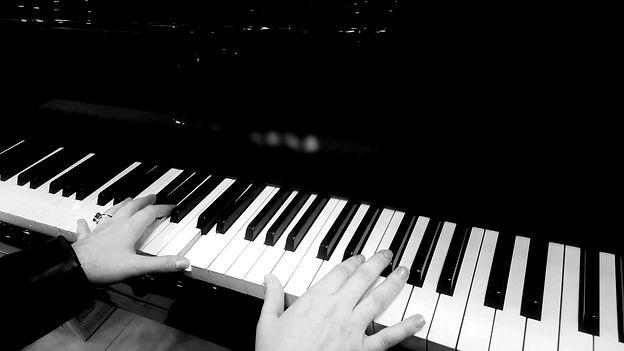 Mains sur piano.jpeg