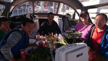 船主在自己的爱船上烹调着自带的食材,一起煮火锅,聊天畅谈