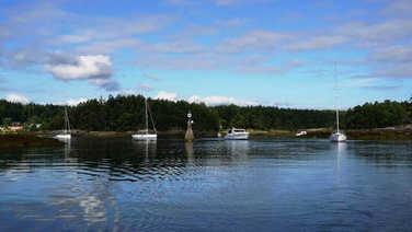 教练引领进出Silva Bay 入口的复杂地形,船友们时刻对照海图,参考航标,印证了船长会议时的提示。船友们玩的既挑战,又不失安全,收获良多!图为本会船队浩浩荡荡经过航标