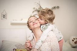 garçon avec sa maman