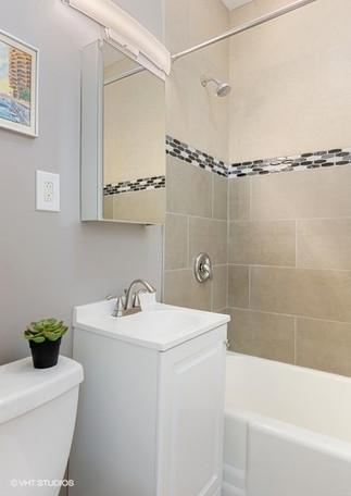 8_439WMelroseAve_Unit4391C_8_Bathroom_Lo
