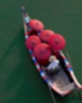 Monjes en una canoa