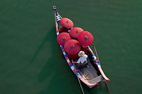 Mönche auf einem Kanu