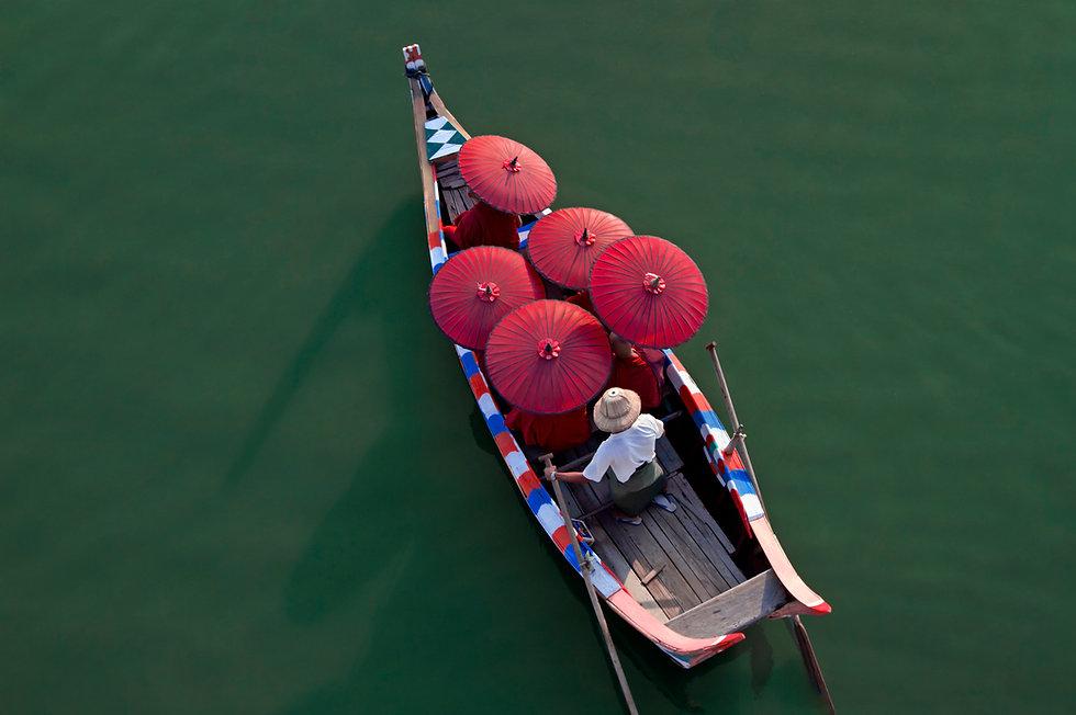 Monges em uma canoa