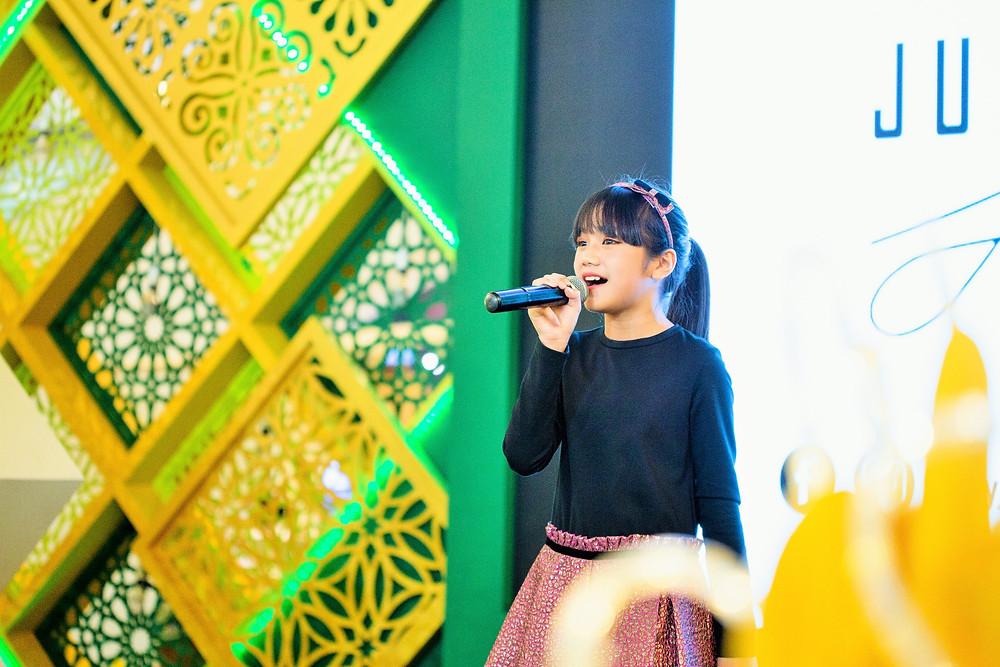 "Fatimah Noryyah entertained the audience with her cover of ""Suasana Hari Raya"""