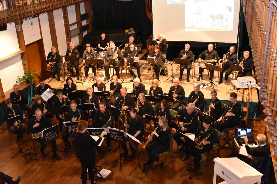"""Euregio Saxophone Orchestra Dieses 2014 gegründete Projektorchester ist einzigartig in Westeuropa.   In unserem Saxophonorchester spielen 50 begeisterte Saxophonisten aus der Euregio Maas-Rhein (Belgien, Deutschland, Luxemburg, Niederlande). Das Ensemble besteht aus Saxophonen verschiedener Bauarten: vom Sopranino-, Sopran-, Alt-, Tenor-, Bariton-, Bass- bis hin zum Kontrabasssaxophon. Diese Instrumentenfamilie und die speziell für große Saxophonorchester geschriebenen Arrangements mischen sich zu einem komplexen und facettenreichen Orchesterklang. Schönheit und Wärme dieses einmaligen Sounds begeistert die Konzertbesucher. Das Repertoire unseres Orchesters umfasst vielfältige Stilrichtungen: von Klassik bis Swing, Jazz und Rock/Popmusik.      Die Konzertpremiere """"SAXO200"""", zu Ehren des 200. Geburtstags von Adolphe Sax, fand am 15. November 2014  in Eupen(B) statt. Nach diesem Erfolg folgten weitere Konzerte des Euregio Saxophone Orchestra in Belgien, Deutschland und Niederlande unter dem Leitmotiv """"SAXO200+"""