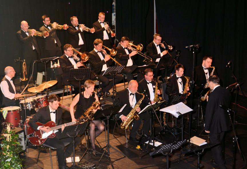 """Eupen Big Band Swing, Latin & more  Seit 1985 jazzt die Eupen Big Band im In- und Ausland. Dynamik, Power und ein breites Repertoire aus Swing, Funk, Latin und Fusion gespickt mit einem Schuss Variété und Pop - das macht Spaß, klingt gut und ist das Markenzeichen der Eupen Big Band. In den Jahren seit ihrer Gründung spielte die Band bereits in Belgien, Deutschland, Frankreich, den Niederlanden, Luxemburg und Spanien.   Seit 1992 trägt die Eupen Big Band den Titel eines """"Orchesters mit besonderer künstlerischer Auszeichnung"""", verliehen von der Deutschsprachigen Gemeinschaft Belgiens, und ist somit einer der musikalischen Botschafter Ostbelgiens über die Grenzen hinaus. Seit 2017 spielt die Band unter der Leitung von Claude Remacle, Posaunist und Bandleader, und als großartiger Improvisator in der belgischen Jazzszene bestens bekannt.  www.eupenbigband.be"""