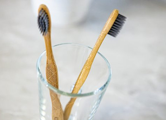 OLA Bamboo - Brosse à dents pour adulte en bambou, Soies infusées au charbon
