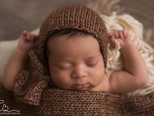 La séance nouveau né en studio de Noha, 18 jours - Photographe naissance en Isère