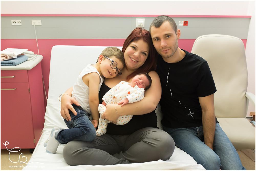 Séance photo de famille à la maternité en Isère et Savoie