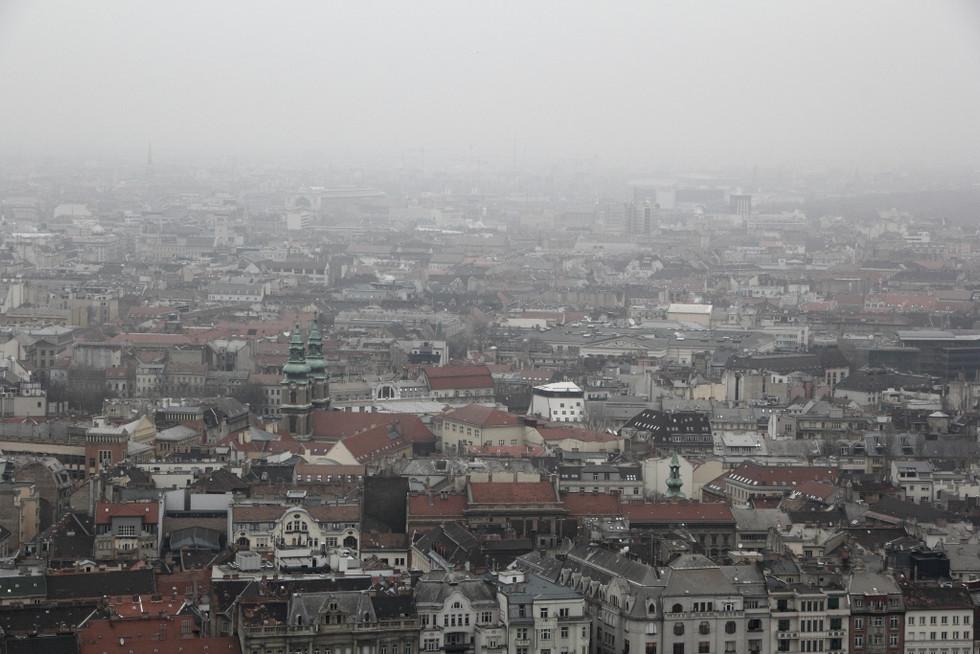 2018. gada 6. februāris. Ungārija, Budapešta. Tirgus, skats no augšas, migla un negaidīta satikšanās
