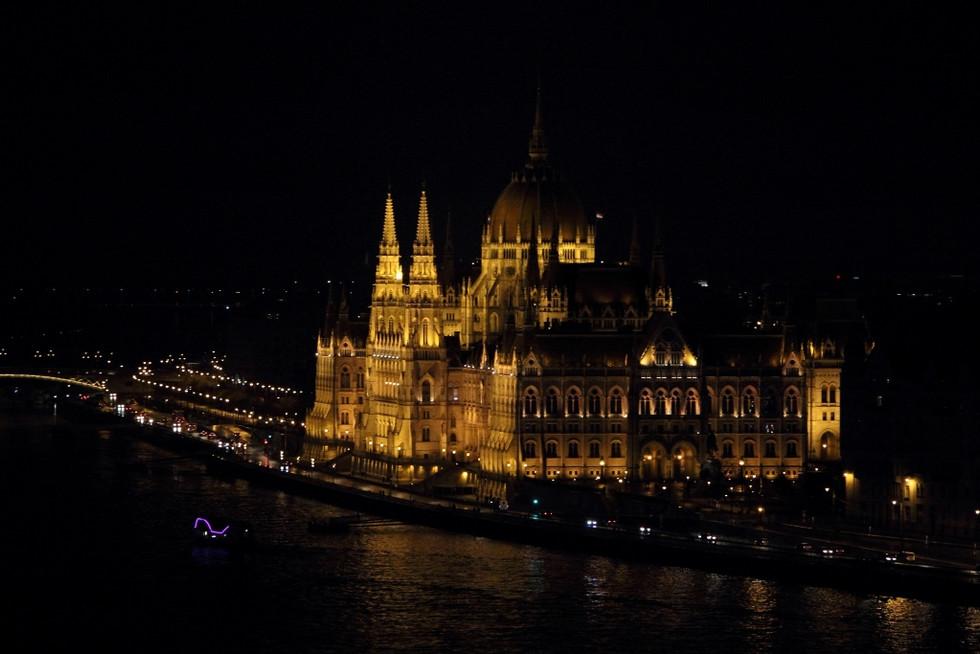 2018. gada 3. februāris. Ungārija, Budapešta. Lietus, māksla un ungāru folkmūzika
