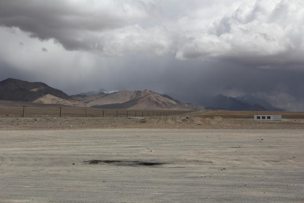 2017. gada 3. septembris. Tadžikistāna. Pamira lielceļš no Murgābas līdz Horugai. Kefīrs no vienas p