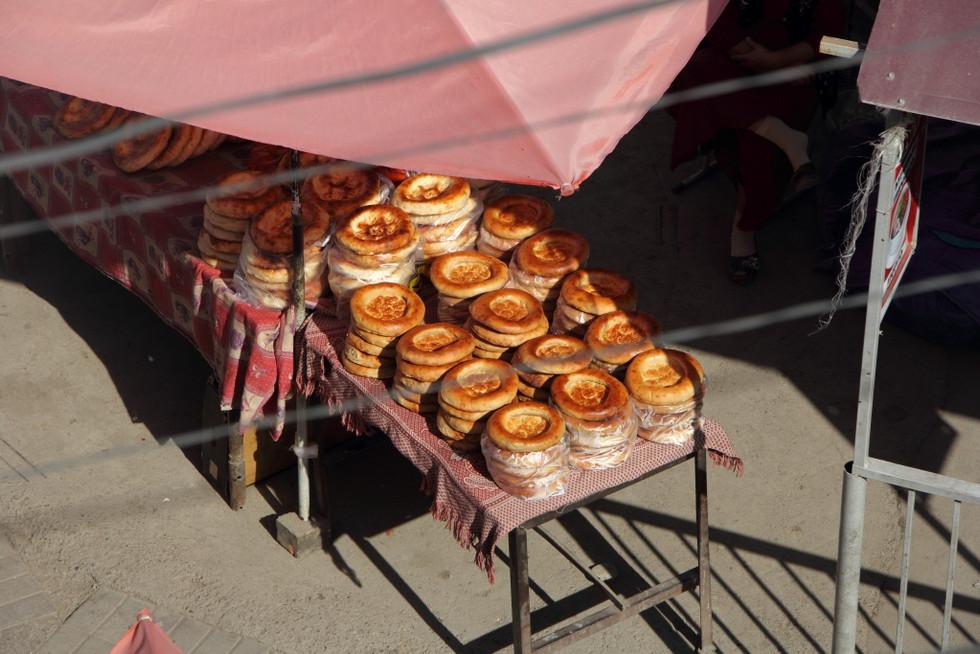 """2017. gada 27. augusts. Kirgizstāna, Oša. Taksidermijas """"labākie"""" paraugi ar skoču, svētais kalns un"""