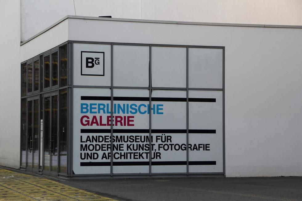 2018. gada 14. februāris. Vācija, Berlīne. Ielu māksla, teltis tunelī un naudas lūdzēji bārā