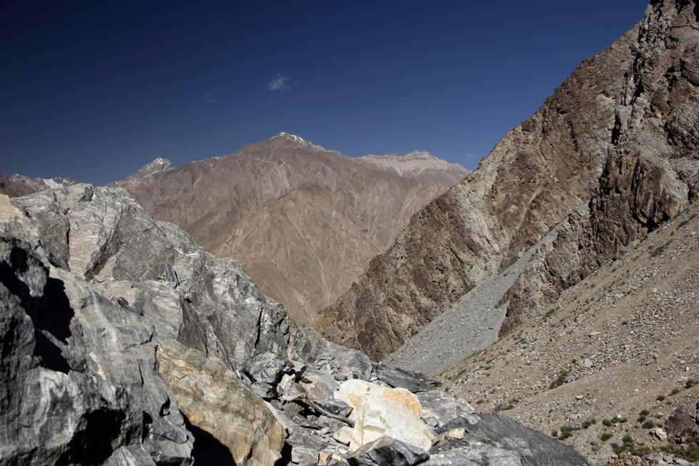2017. gada 20 .jūlijs. Tadžikistāna, Avdža. Kāpšana kalnos pēc kumelītēm un ievelšanās upē