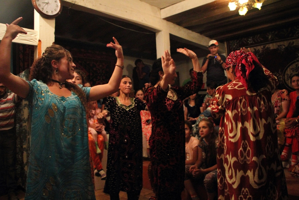 2017. gada 28. jūlijs. Tadžikistāna, Avdža un Mulvodža. Apmētāšana ar končām un dejas pamiriešu kāzā