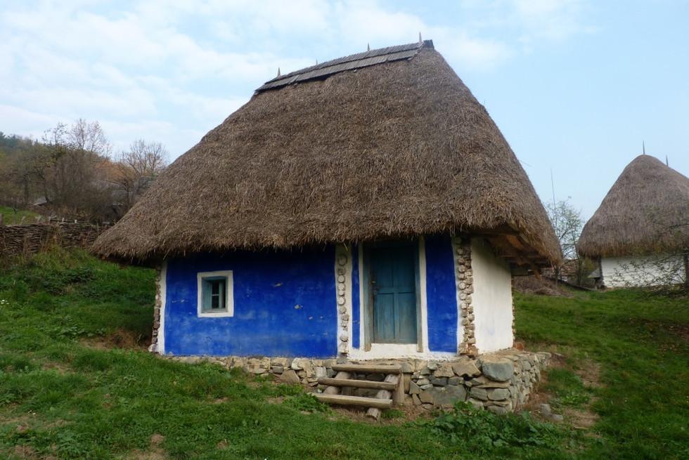 2013. gada 1. novembris. 6. diena. Jauniešu apmaiņa Rumānijā. Koka baznīcas, zilas sienas, salmu jum