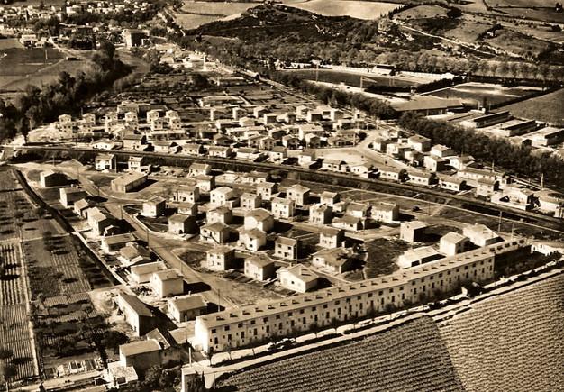 """""""Limoux - Vue aérienne sur le nouveau quartier de Lognos (Flassian). On distingue au premier plan la barre d'immeubles construits pour les employés de l'usine Myrys.""""  Photo de Gérard Jean"""