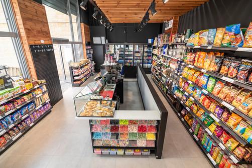 מבט על על חנות הנוחות- מדפי חטיפים, סוכריות גומי, בורקסים ועוד