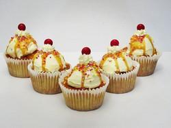 Banana split inspired 🍌_#cupcake #dessert #bananacake #yum #cherryontop