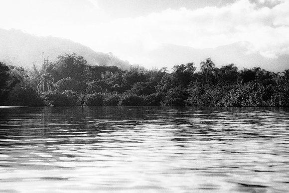 Pescadora em Camburi (Preto e Branco)