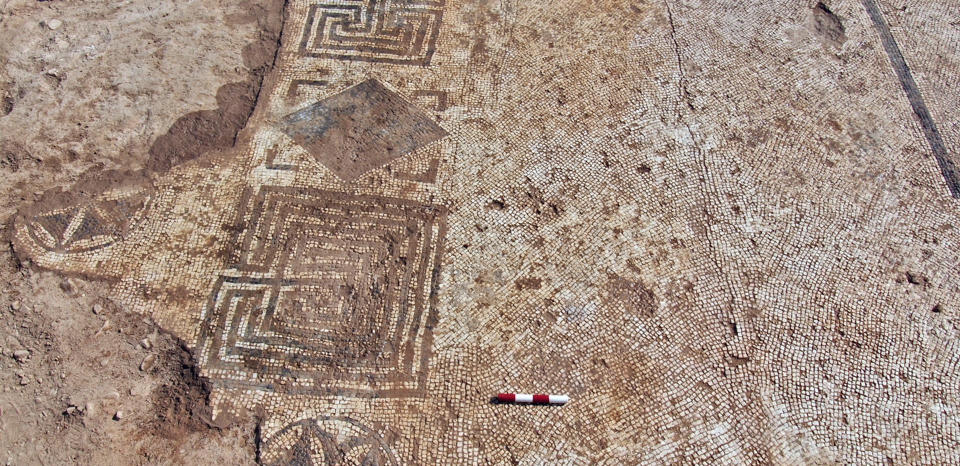רצפות פסיפס מסביב לברכה רבועה (1).jpg