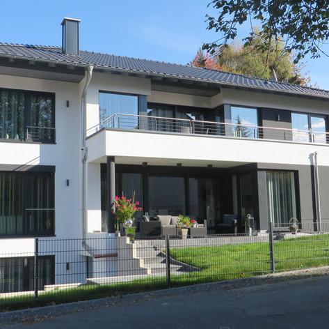 Zweifamilienhaus mit Einliegerwohnung in Rosbach