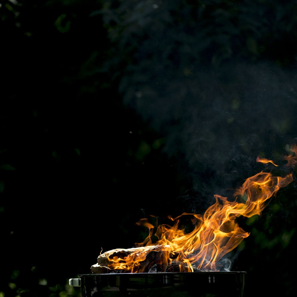 GiraBrace. BBQ preparation of the embers with wood
