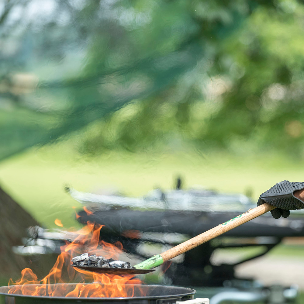 GiraBrace. BBQ The preparation of the embers with wood