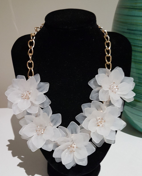 Stunning White And Gold Coloured Flower Statement Necklace