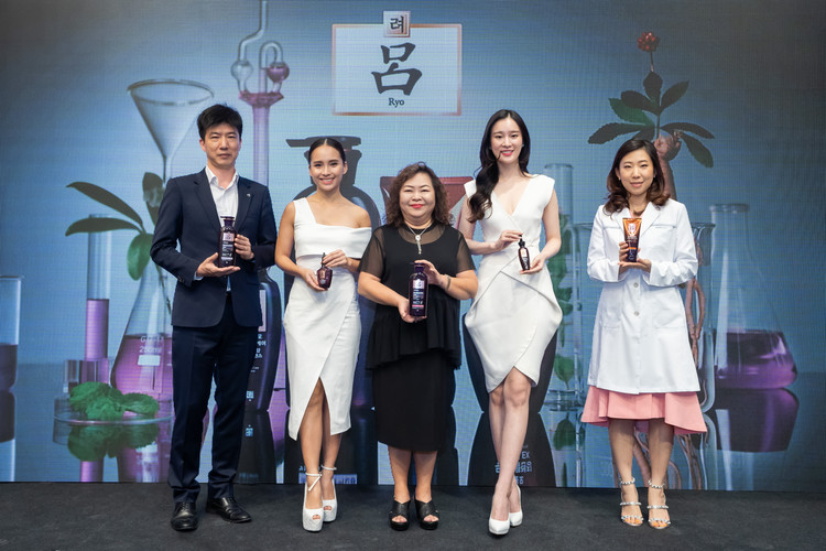 Kai Kim (Head Manager Ryo Global Marketing of Amorepacific), Jasmine Suraya (ActressHost), Margaret Chin (Country Manager of Amorepacific Malaysia), Joanne Yew (ActressModel), Sun Park (Senior Manager Ryo Global)