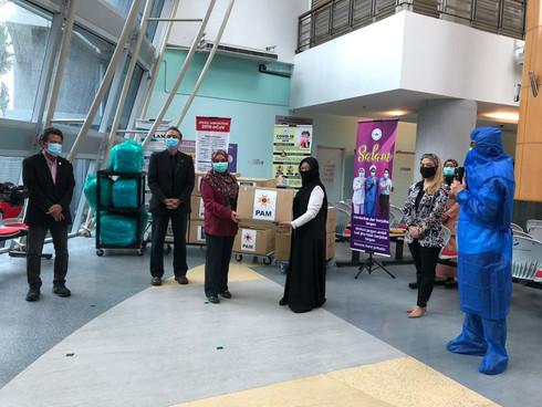 (L-R) Puan Nur Aiena of Hospital Serdang