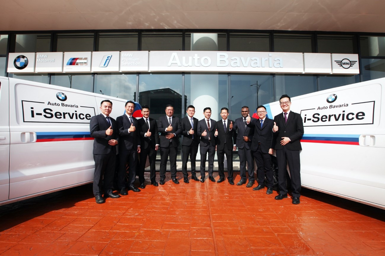 (Center) Mr Vi Thim Juan, the Managing Director of Auto Bavaria, Mr Jeffrey Gan, the Managing Director of Sime Darby Motors (Retail and Distribution Malaysia) with the management team of Auto Bavaria. With Auto Bavaria i-Service, Auto Bavaria aims to provide customers with seamless experience to service their car at the comfort of their home – a greater convenience.