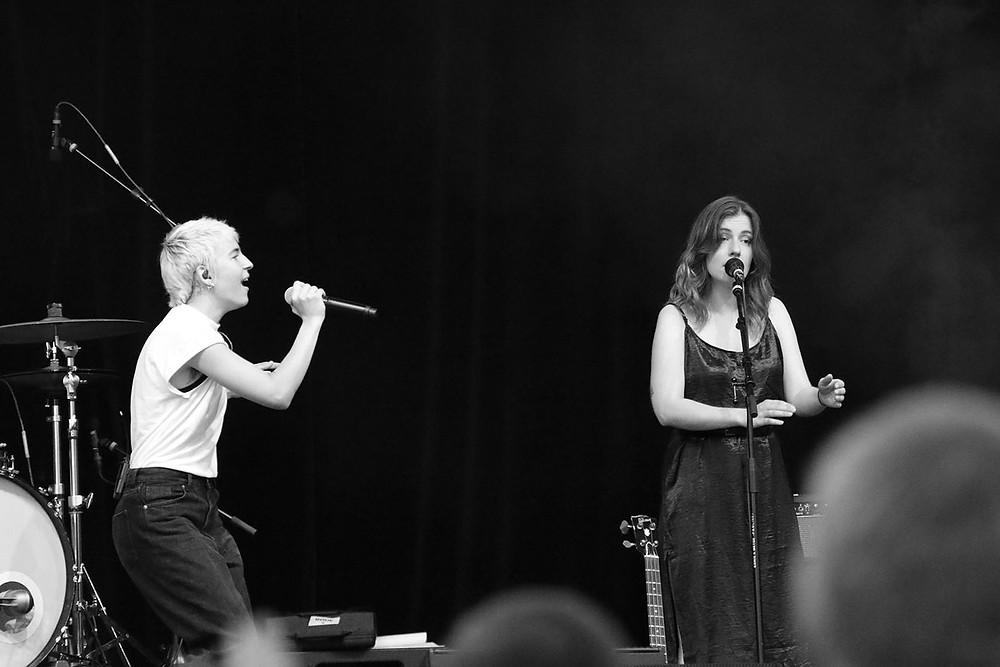 Kathrin Kolleritsch und Sophie Lindinger auf der Bühne in Friedrichshafen.